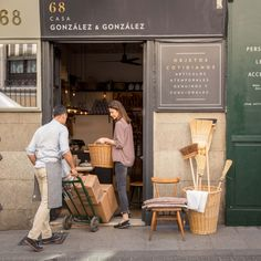 Casa Gonzalez & Gonzalez - The Shopkeepers Cafe Interior, Best Interior, Interior Design Living Room, Deco Cafe, Vitrine Design, Eco Store, Shop Facade, Le Shop, Coffee Shop Design
