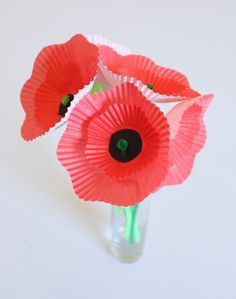 Cupcake liner poppies, a simple but beautiful Remembrance Day-inspired project for kids. Preschool Crafts, Fun Crafts, Crafts For Kids, Paper Crafts, Kindergarten Crafts, Cupcake Liner Crafts, Cupcake Liner Flowers, Cupcake Liners, Art Activities For Kids