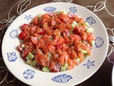 Rijstsalade. Rijst, komkommer, cherrytomaatjes, gerookte zalm en een slamix op basis van slaolie.