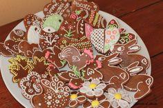vassoio colorato e pasquale di biscotti speziati e decorati con ghiaccia reale