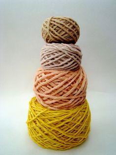 Woolcakes:Deze wol is van boven naar beneden geverfd met: koffie, rozen, bieten en kurkuma.