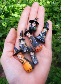 another pinner said: Folk Art Miniature Witches Halloween (banana gourds)? These look like rocks with flat bases added...  I say: I used to make little dolls from pebbles when i was a kid. It might be fun to do again for decorations.