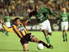"""Faustino """"Tino"""" Asprilla (Sociedade Esportiva Palmeiras, 1999–2000, 54 apps, 12 goals) escapes from a tackle during the match between Sociedade Esportiva Palmeiras and Club The Strongest at the 2000 Copa Libertadores of America."""