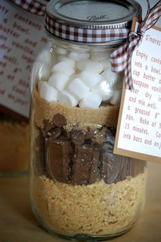 Did you know that August is National S'mores Day? :-) How about celebrating this year with some S'mores in a Jar? Mason Jar Mixes, Mason Jars, Canning Jars, Cookie Gifts, Food Gifts, Smores In A Jar Recipe, Christmas Cookies Gift, Christmas Gifts, Christmas Goodies