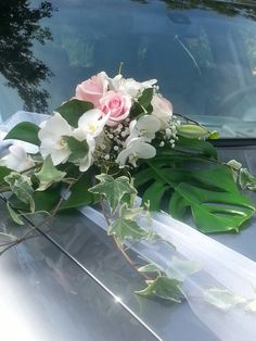 Composition florale voiture mariage