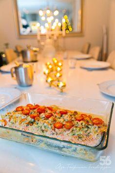 Lax med skaldjur och krämig kräftsås - 56kilo.se - Lågkolhydrat recept, livsstil & inspiration Baked Salmon Recipes, Fish Recipes, Healthy Recipes, Dessert Drinks, Dessert Recipes, 300 Calorie Lunches, Swedish Recipes, Cook At Home, Fish And Seafood