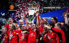 Roy Keane lifts the trophy as United are Champions 2003 Manchester United Champions, Manchester United Images, Manchester United Football, Premier League Champions, English Premier League, Professional Football, Old Trafford, European Football, Sport Football