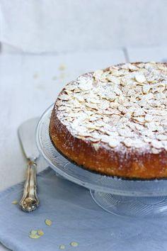 Maukas mantelikakku mehevöitetään jogurtilla ja appelsiininmehulla sekä koristellaan paahdetuilla mantelilastuilla ja tomusokerilla. Tällä reseptillä saat kakusta varmasti mehevän!