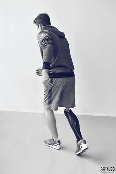 Le designer tchèque Tomáš Vacek est à l'aise dans la conception d'une multitude d'objets et meubles et dans une palette très variée de matériaux.  Nous vous présentons aujourd'hui le résultat d'un long travail du designer sur l'impression 3D pour la conception d'une enveloppe de prothèse de jambe réalisée pour ART4LEG. Le but était de concevoir une enveloppe de prothèse esthétique, qui offre une parfaite continuité du membre et capte magnifiquement la forme des muscles des jambes…