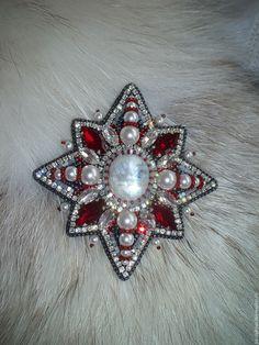 """Купить Брошь-подвеска """"Christmas star"""" - комбинированный, красные кристаллы, беломорит, брошь"""