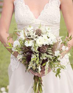 Ländlicher Brautstrauß in Weiß, Grün und Braun – natural white, brown and green wedding bouquet – www.weddingstyle.de