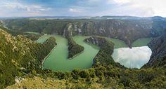 Mäander im Uvac-Stausee bei Sjenica, Serbien