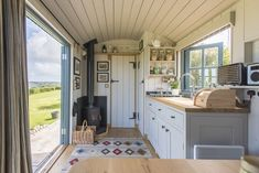 Tregwelan Shepherd's Hut, Holiday Cottage Description - Classic Cottages - The kitchen-area, complete with induction hob, is very well-equipped. Rustic Cabin Kitchens, Cottage Kitchens, Cottage Homes, Modern Kitchens, Black Kitchens, Rustic Kitchen, Tyni House, Tiny House Living, Living Room