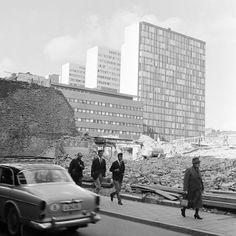 Drottninggatan 46, i kv. Skansen, under rivning. Blivande platsen för Sergels Torg. 5:e höghuset i fonden - Stockholmskällan
