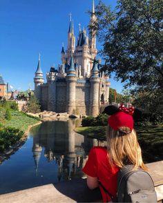 """Bem-vindo ao Magic Kingdom Park o nome se encaixa perfeitamente em um dos destinos mais mágicos do Mundo. Ele foi o primeiro construído dos quatro parques temáticos do Walt Disney World Resort em Bay Lake próximo a Orlando Flórida. Olha que foto linda da @priscilacmotta admirando o incrível Castelo da Cinderela Em 2016 o @brunotavaress esteve lá durante o 45 Aniversário do parque e teve a """"dura tarefa"""" de escrever um guia pra deixar sua viagem ainda mais divertida. Não percam!! Entre no…"""