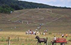 Krzywe boisko piłkarskie • Spokojnie chłopaki drugą połowę meczu gramy z górki • Wejdź i zobacz śmieszne zdjęcie boiska piłkarskiego >> #football #soccer #sports #pilkanozna #funny