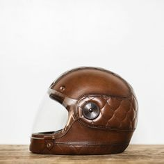 MOTO-IN-MODE sur Instagram: Photo by @jennylinquist of @pack_animal @larson_upholstery's latest leather wrapped for the @tanks_and_helmets show . #motoinmode #motorcycles #motorcycleculture #motorcyclelifestyle #style #bikelife #everydayisforriding #fashion #bellhelmets #buillitt