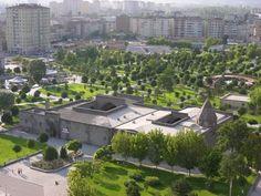 Gevher Nesibe Sultan Tıp Medresesi ve Darüşşifası  – Kayseri: Tıp Medresesi ve Şifahane olarak yapılan Çifte Medrese (bugünkü adıyla Gevher Nesibe Tıp Tarihi Müzesi) Anadolu'daki ilk tıp merkezi olarak bilinir. Bazı kaynaklara göre tıp eğitimi ve sağlık hizmetini birlikte veren dünyanın ilk merkezidir. Selçuklu sultanı I. Gıyaseddin Keyhüsrev tarafından 1204-1206 yılları arasında Kayseri'de inşa ettirilmiş ünlü Gevher Nesibe Şifaiyyesi ve 1210-1214 yılları arasında yapılmıştır.