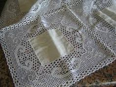 Risultati immagini per croche em linho Tablecloth Fabric, Crochet Tablecloth, Tablecloths, Crochet Fabric, Make Beauty, Filet Crochet, Baby Bibs, Crochet Projects, Diy And Crafts