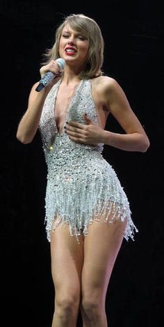 Taylor Swift she is a singer, songwriter and actress : who made her debut in the music industry in 2006 Taylor Swift Country, Taylor Swift Legs, Taylor Swift Style, Taylor Swift Pictures, Taylor Alison Swift, Taylor Swift Bikini, Live Taylor, Elegantes Outfit, Beautiful Celebrities