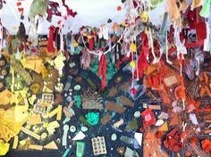 Sostre decorat amb cordes rústiques, robes i paper maixé