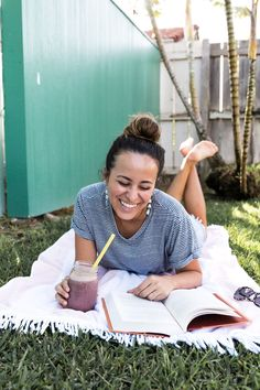 Free smoothie E-book! Nutrient Dense Smoothie, Holistic Nutritionist, Business Headshots, Poses For Pictures, Fitness Nutrition, Post Workout, Smoothies, Smoothie Recipes, Lifestyle Photography