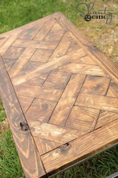 DIY Patterned Wood Tabletop: Jamison and the girls team up to make this great table and free plans so you can make it too! Tip: use inexpensive white wood - it takes stain unevenly giving (Cool Crafts For Your Room) Diy Table Top, Table Top Design, Diy Coffee Table, Pallet Table Top, Wood Table Tops, Diy Wood Table, Rustic Table, Coffee Cups, Diy Wood Projects