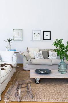 Suuret ja muhkeat pellavasohvat on ostettu varsovalaisesta huonekaluliikkeestä. Matot ovat Rivièra Maisonin mallistosta, ja ovat nykyään Päivin tyttären kodissa.