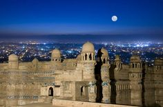 Gwalior Fort Gwalior Fort in Gwalior, in the central Indian state of Madhya Pradesh, stands on an isolated rock, overlooking the Gwalior town, and contains a number of historic buildings.