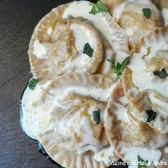 Ravioli al farro ripieni di carciofi su crema di pecorino