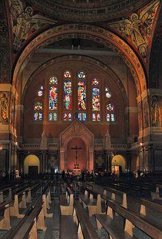 Basilique de Lisieux (France), le Transepte le Ciborium et la Verrière Sud, le Reliquaire de Sainte Thérèse de l'Enfant Jésus. Basilica of Lisieux, the Transept, The Reliquary of St. Therese