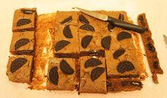 A culpa é das bolachas!: Brownies de Oreo Brownie Oreo, Oreo Brownies, Butcher Block Cutting Board, Cookies, Baking, Chocolates, Recipes, Interesting Recipes, Yummy Recipes