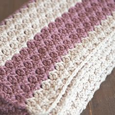 This easy crochet pattern is the perfect project for beginner and advanced crocheters and makes a quick, thick, and cozy blanket/throw. ༺✿ƬⱤღ http://www.pinterest.com/teretegui/✿༻