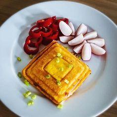Lowcarb toast podle @katerina_zlamalova . Je to tak trochu na způsob #grusetky , jen jsem nedávala psyllium a použila jiný sýr. Kdo neznáte grusetky, mrkněte na @paleosnadno 😉 Tady je recept, který jsem použila já. Množství je na jeden toast: 1 větší vejce 50g goudy 48% Goudu nastrouháme a smícháme s rozšlehaným vajíčkem. Vzniklou směs nalijeme do formy. Použila jsem silikonovou o velikosti 9x18cm co mám od @tescoma_official na pečení chleba😎 Pečeme na 180*C 10 minut. Po upečení necháme… Gouda, Waffles, French Toast, Tacos, Breakfast, Morning Coffee, Waffle, Morning Breakfast