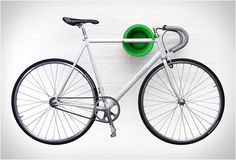 prenez-votre-velo-sur-le-sol-avec-ces-supports-et-des-cintres-ingenieuses. Bike Storage Systems, Bicycle Storage, Bike Hooks, Bike Hanger, Wall Hanger, Home Bike Rack, Wall Mount Bike Rack, Support Mural, Rack Design