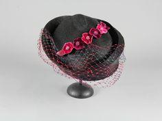 Ur Klädkammaren på Skansens samlingar. Hatt av smalt flätat stråband. Svart med flor i lila, rosa och turkos. Hattens brätte är asymetiskt. På kullen är en rad av pressade blommor monterad. Blommorna är gjorda av rosa och lila sammet. Hattens insida stadgad med ett vävt band. Produktion: 1930 - 1945 (uppskattning) 1930s, Beanie, Hats, Vintage, Fashion, Lilac, Moda, Hat, Fashion Styles