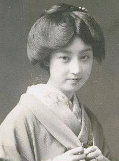 下谷の芸者、さかえ Geisha of Shitaya:Sakae 大正時代に絵はがきのモデルとして活躍した。 She was working as a…