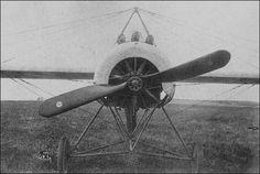 O Eindecker de Max Immelmann com 3 metralhadoras Spandau. Com o peso das armas o avião tinha seu desempenho prejudicado.