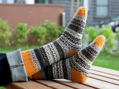 diutun kirjaimia: Olympiasukat letters of the diut: Olympic socks Woolen Socks, Cozy Socks, Knitting Socks, Knit Socks, Womens Slippers, Fingerless Gloves, Arm Warmers, Mittens, Knit Crochet