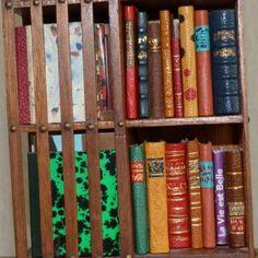 Ces minis-livres, reliés à la main, sont tous différents. J'ai également construit la mini bibliothèque en bois qui les accueille sur 4 étages