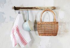 ウォールバーは、キッチン小物やバッグ、帽子などのちょい掛けにぴったり。アンティーク感たっぷりですが、材料はすべ… Wicker Baskets, Straw Bag, Bags, Home Decor, Handbags, Decoration Home, Room Decor, Home Interior Design, Bag