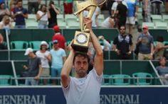 """Lorenzi vince l'Atp di Kitzbuhel, primo torneo del circuito a 34 anni Paolo Lorenzi, a 34 anni e 7 mesi vince il primo torneo Atp in carriera e diventa il tennista più """"anziano"""" ad aver vinto per la prima volta un torneo del circuito maggiore. Il tennista romano ha bat #tennis #atp #lorenzi #34anni"""