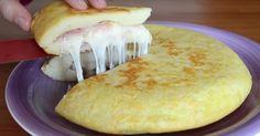 Pokiaľ už vás nebaví klasická omeleta a chcete skúsiť niečo nové, tak to sa vám bude páčiť recept, ktorý si dnes ukážeme. Jedná sa o zemiakový koláč z panvice, ktorý je plnený šunkou a syrom. Budete potrebovať: – 500 g varených zemiakov – 150 g múky – 1 vajce – 100 g šunky – 100 g syra – Soľ a