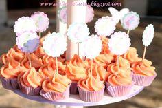Mini cupcakes de vainilla con cobertura de chocolate rosa