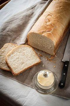 Con la mano en el corazón, a mí el pan de molde de toda la vida siempre me ha parecido lamentable. Solo lo podía soportar tostado, sin tostar me daba mucha pena. Así que la primera vez que elaboré una receta de pan de molde básico tuve una revelación: claro, querida, por eso el de la tienda no te gustaba, porque era de mentira. Totalmente. Por eso os recomiendo que si os gusta el buen pan probéis a hacerlo, aunque sea una vez. Nunca volveréis a ser los mismos. A priori, ¿en qué se diferencia… Pan Dulce, Basic Bread Recipe, Bread Recipes, Cooking Recipes, Salty Foods, Pan Bread, Galette, Beignets, Dessert Recipes