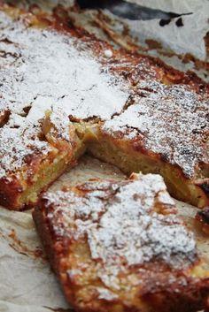 Easy apple and marzipan cake - Madet Mere- Nem æble og marcipan kage – Madet Mere Apple marzipan cake 2 - Danish Dessert, Danish Food, Sweets Cake, Cupcake Cakes, Sweet Recipes, Cake Recipes, Marzipan Cake, Dessert Drinks, Homemade Cakes