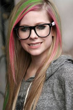 Avril Lavigne gray pants sweater and pink and green hair streaks, big geek chic glasses girls Green Hair Streaks, Green Highlights, Hair Highlights, Pop Punk, Geek Chic Glasses, Hipster Glasses, Estilo Geek, Photos Des Stars, Up Dos
