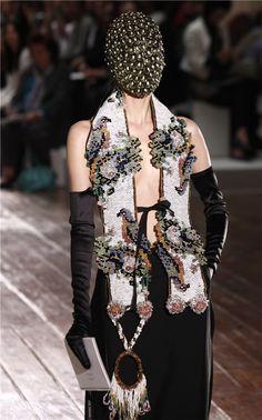 Velos cubiertos de flores, lentejuelas, joyas y canicas de colores. Vestidos largos con cuellos que simulan plumas de pájaros exóticos. Blusas oversize confeccionadas con materiales metálicos combinados con jeans a la cintura y botas de piel. Eso y más fue lo presentado por el diseñador belga Martin Margiela en el marco de los desfiles de …