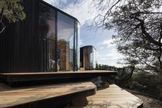 Completed in 2018 in Coles Bay, Australia. Images by Dianna Snape, Alastair Bett. Liminal was commissioned to deliver nine pavilions to expand the Freycinet Lodge accommodation offerings on the East Coast of Tasmania, Australia. Outdoor Baths, Black Exterior, Architecture Photo, Chinese Architecture, Architecture Office, Futuristic Architecture, House And Home Magazine, Tasmania, Facades
