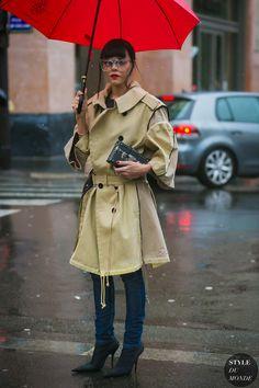 Evangelie Smyrniotaki between the fashion shows. The post Paris Fashion Week Fall 2017 Street Style: Evangelie Smyrniotaki appeared first on STYLE DU MONDE | Street Style Street Fashion Photos